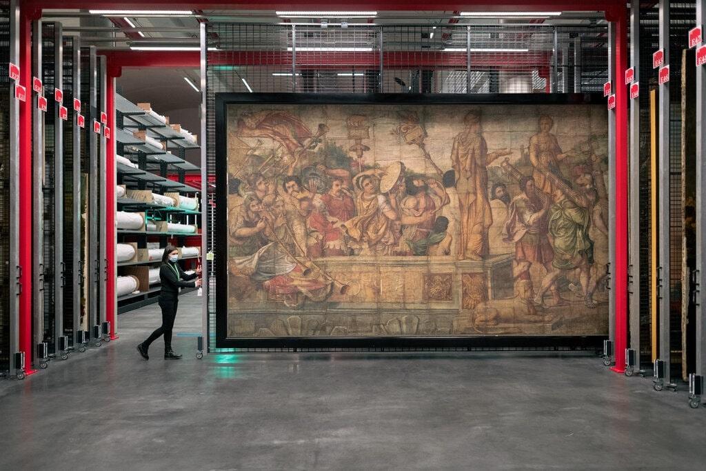В коллекции Лувра хранится более 620 000 работ, 36 000 выставлены в его залах, 240 000 планируется разместить в хранилище в Льевене © The New York Times