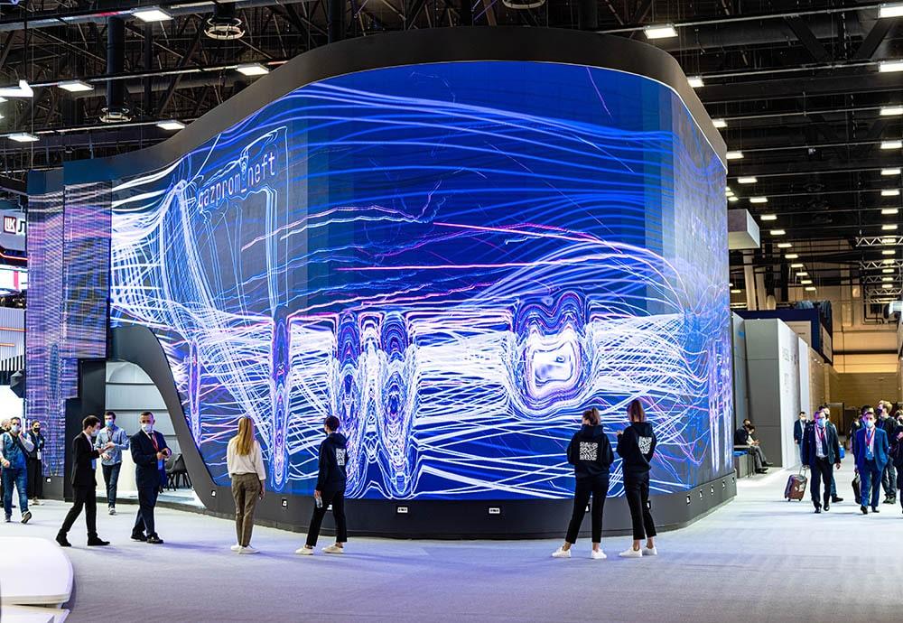 Медиа-фасад стенда «Цифровые двойники» на ПМЭФ-2021