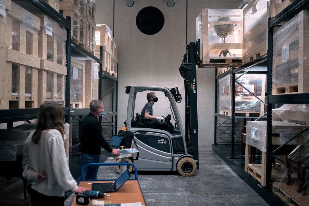 100 000 работ, включая картины, гобелены, скульптуры, предметы мебели и декора, уже перемещено в новое хранилище © The New York Times
