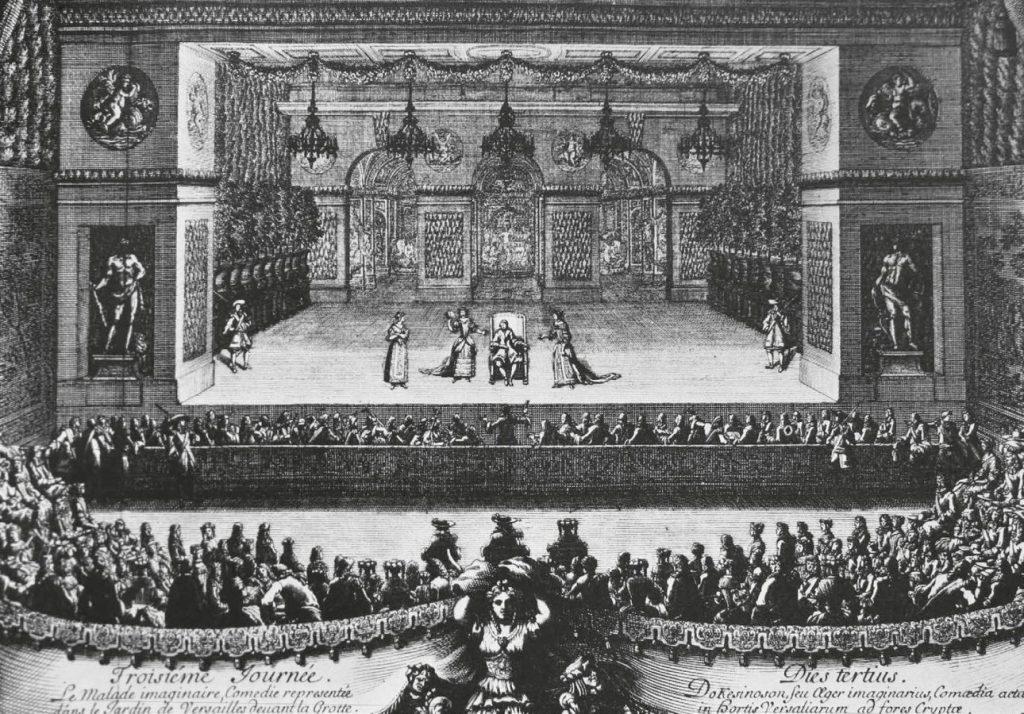 Жак Лепотр «Представление Мнимого больного Мольера в Версале», 1674. Гравюра. Премьера этой пьесы состоялась в феврале 1673 года в театре Пале-Рояля. Мольер, исполнявший роль ипохондрика Аргана, успел сыграть ее всего несколько раз: через два часа после четвертого представления спектакля он скончался. Комедию в Версале играют уже после его смерти, в третий день празднеств, проходивших в июле: спектакль дается под открытым небом в присутствии короля и его двора. Сцена такой ширины, роскошно украшенная и освещенная пятью большими люстрами, была необходима для балетов, дававшихся в прологах и между действиями © Ad Marginem