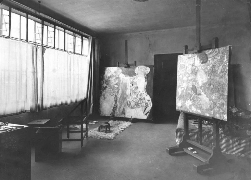 Мастерская Густава Климта на Feldmühlgasse 11, с двумя работами: «Невестой» (в центре) и «Дамой с веером» (справа) © Belvedere, Wien