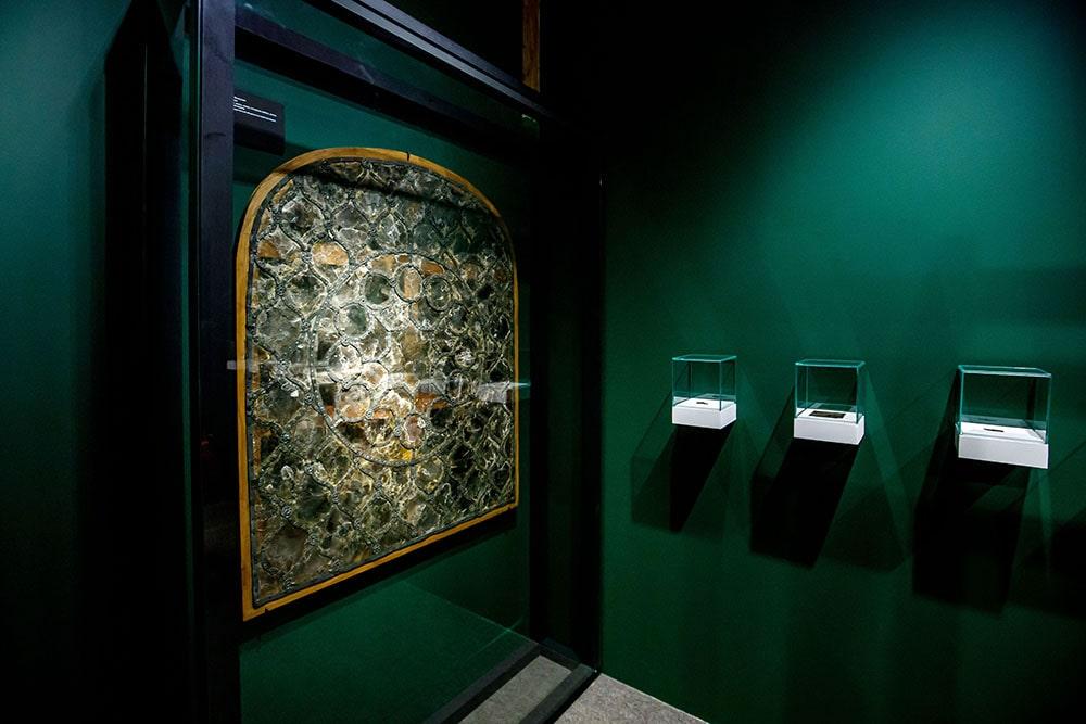 Слюда в качестве оконного стекла. Выставка «Московитское стекло. Искусство слюдяных дел мастеров»