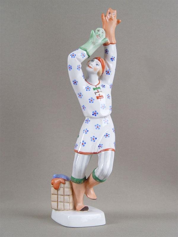 Скульптура «Петрушка», фарфор. ЛФЗ, автор — Э.Еропкина, художник — Маслова, 1970-е гг.