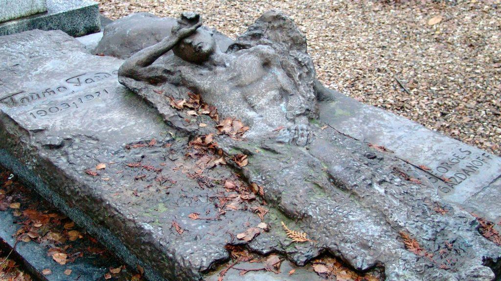 Надгробие на могиле Гайто Газданова