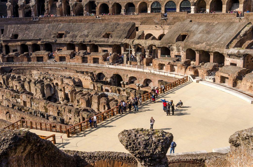 Пол Римского амфитеатра представлял собой деревянную конструкцию, покрытую песком