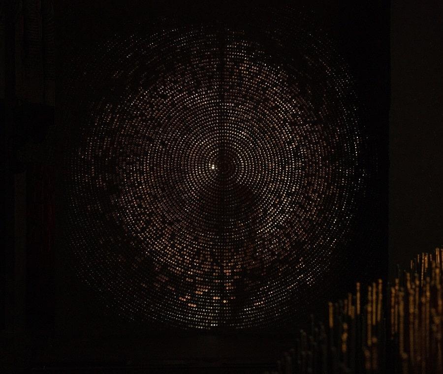 Алла Урбан «Ноль», 2019-2020. Медь, фанера, ткань, свет. Собственность автора, Москва © ГТГ
