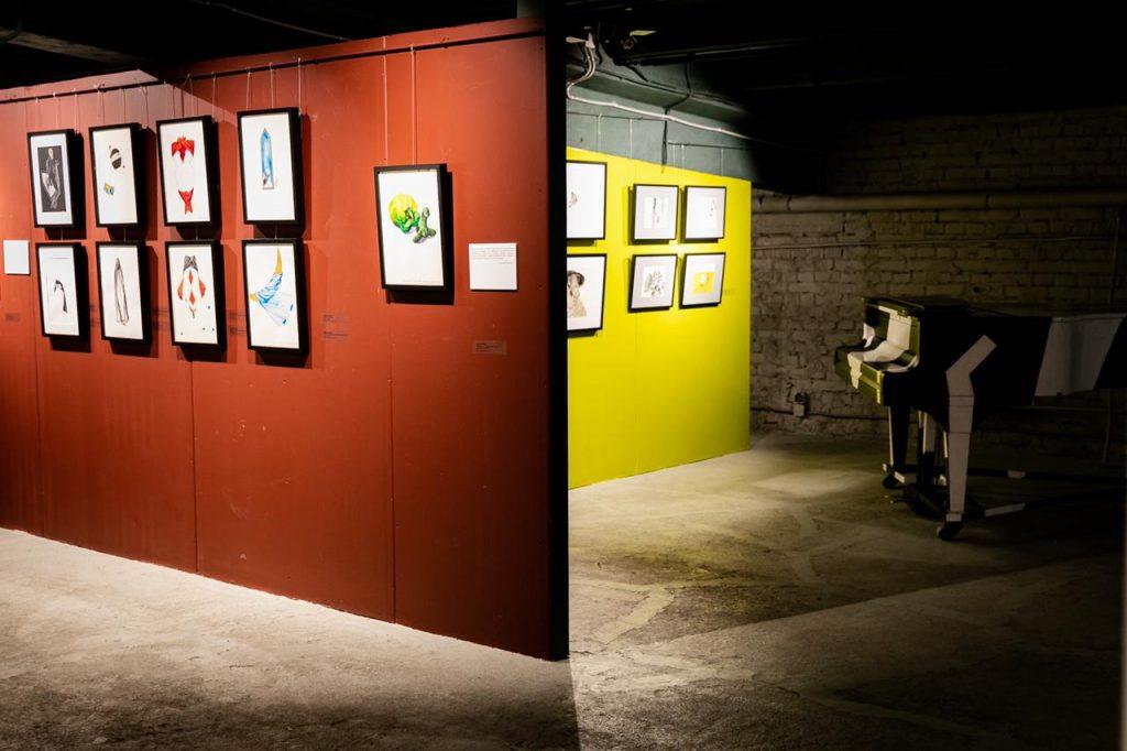 Вид экспозиции. Работы Айдан Салаховой (слева) из коллекций Андрея Егорова и Игоря Суханова © «ДК Громов»