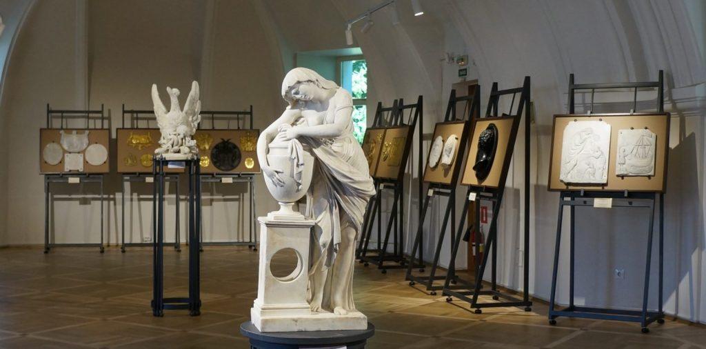 Постоянная экспозиция «Знаки памяти» в Выставочном зале Некрополя мастеров искусств
